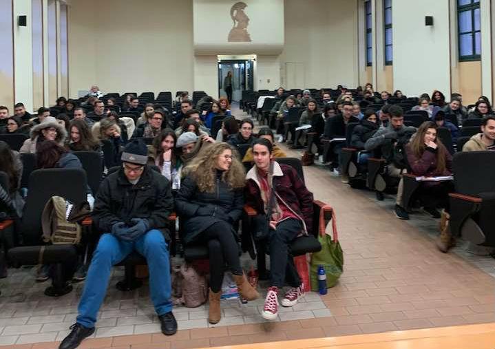 Ξεπαγιάζουν οι φοιτητές στα Ελληνικά Πανεπιστήμια - Μαθήματα με γάντια και σκουφιά (ΦΩΤΟ)