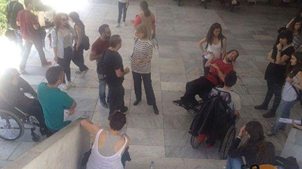 Συμβολική διαμαρτυρία φοιτητών ΑμεΑ - Διεκδικούν ευκολότερη πρόσβαση στα πανεπιστήμια!